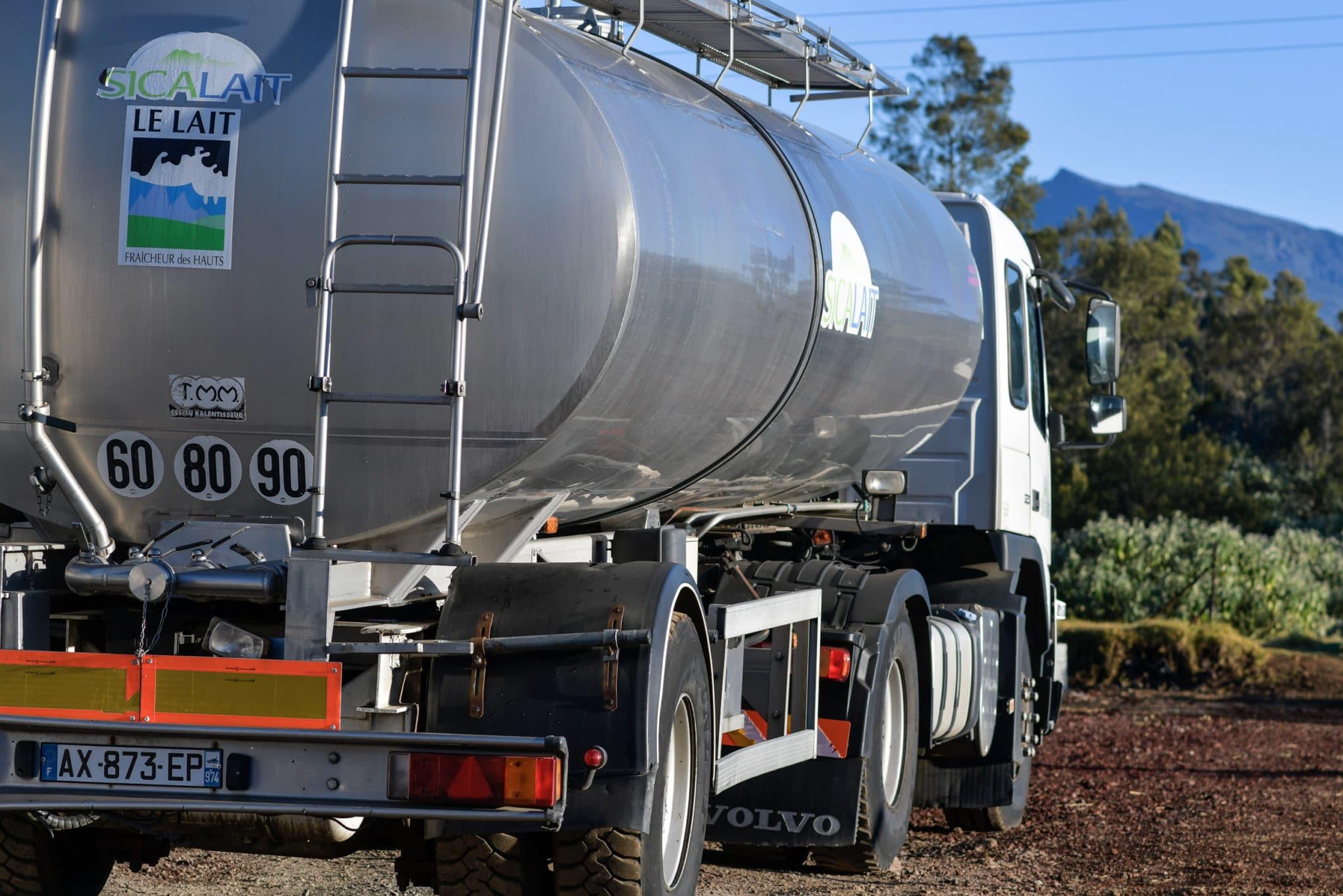 Camion qui vient chercher du lait dans une ferme